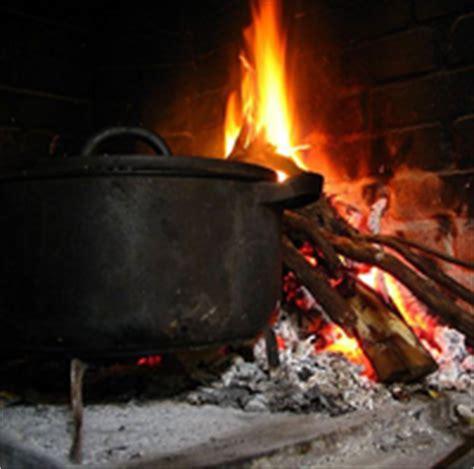 cuisiner au feu de bois marmite et cheminée