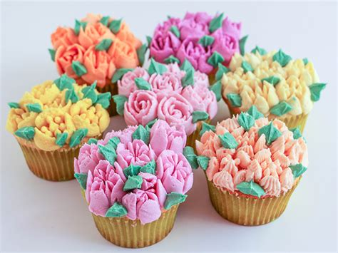cakes decorated with russian tips russian piping tips tutorial how to use flower piping tips