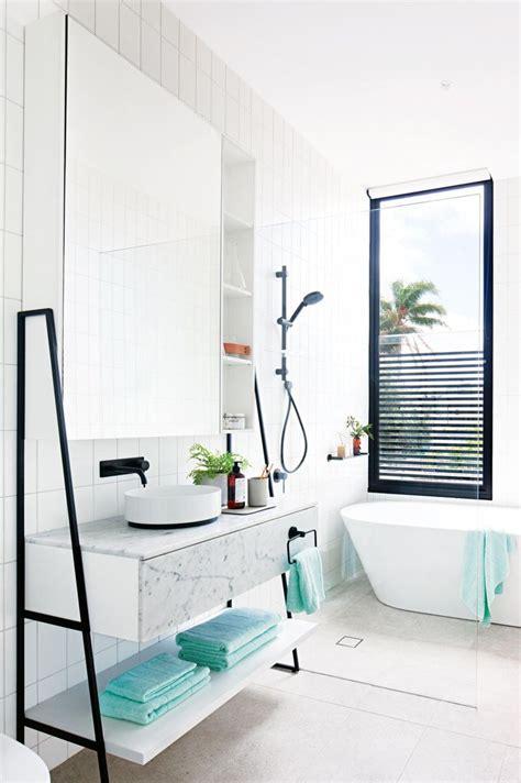 une salle de bains lumineuse tr 232 s classe luxe blanc noir design moderne http www m