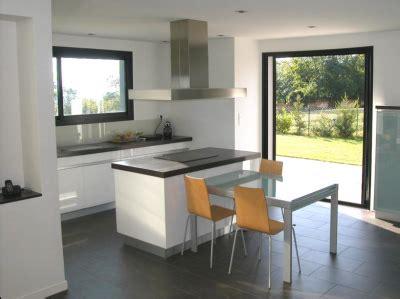 cuisine avec porte fenetre home home une maison de claude veyret architecte