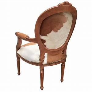 Fauteuil Peau De Vache : fauteuil baroque de style louis xvi vraie peau de vache marron et bois naturel ~ Teatrodelosmanantiales.com Idées de Décoration