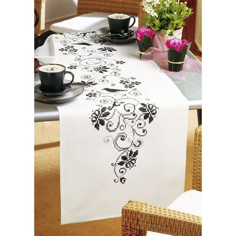 chemin de table a broder vervaco kit chemin de table imprim 233 ourl 233 arabesques fleuries vervaco 0012995 broderie du