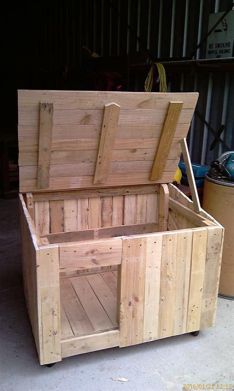 recycling pallet wood dog kennel    animals dogs pallet dog house insulated dog