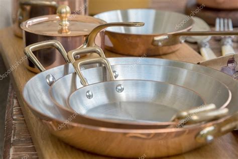 fondo ollas  cobre nuevo cobre ollas ollas  sartenes foto de stock  vlarub
