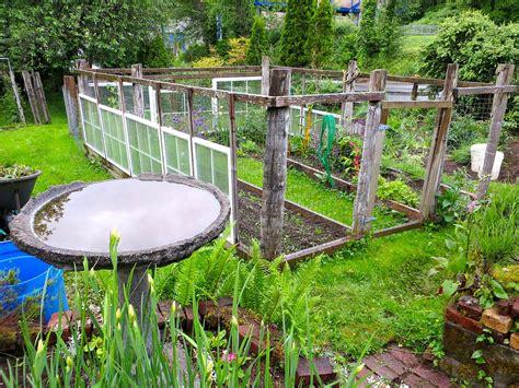 small and simple backyard vegetable garden house design