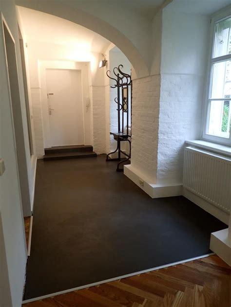 farbe für betonboden verarbeitung b 233 ton cir 233 original in der farbe 32 anthracite im vorzimmer einer altbauwohnung