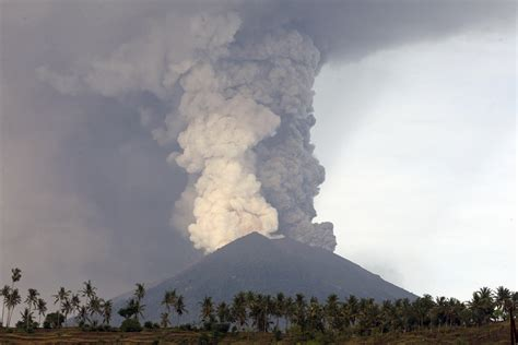 volcanic eruption  indonesian island  bali strands