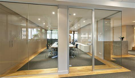 cloison de bureau en verre les cloisons vitrées bord à bord toute hauteur espace