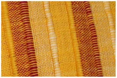 sur le canapé tenture kerala véritable de couleur jaune ocre sur