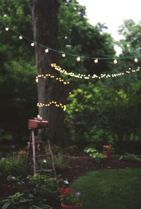 guirlande lumineuse jardin guirlande lumineuse accroch 233 e aux arbres pour d 233 corer le