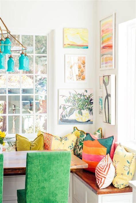 una cocina rebosante de color  una de sillas tapizadas