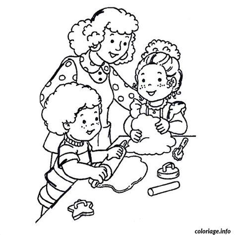 jeux de cuisine de maman coloriage maman enfants cuisinent dessin