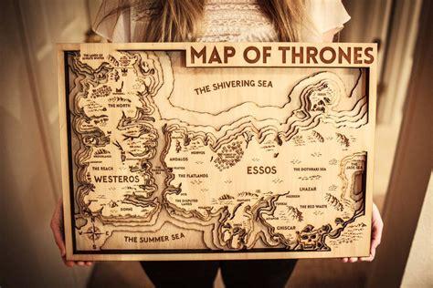 el mapa de game  thrones hecho en madera
