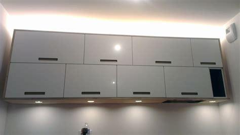 habillage meuble cuisine aménagement de cuisine sur mesure avec panneaux en chêne