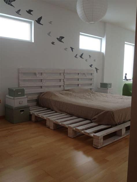 cama sobre estibas de madera