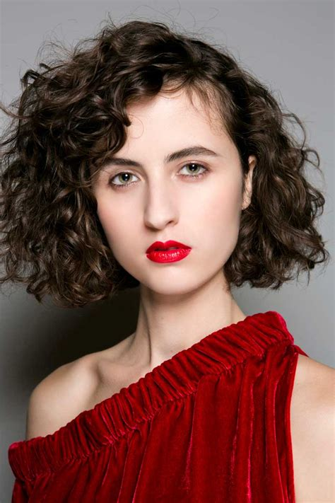 coupe cheveux frisés courts femme cheveux boucl 233 s courts automne hiver 2018 cheveux boucl 233 s quelques id 233 es de coiffures pour