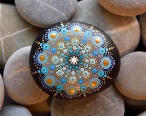 Steine Bemalen Vorlagen : mandala stein von hand bemalt gold blau diy and crafts pinterest ~ Orissabook.com Haus und Dekorationen