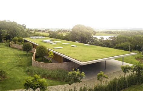Haus Mit Grasdach by An Expansive Grass Roof Tops This Modern Home