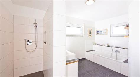 Badezimmer Fliesen Bis Unter Decke by Helles Badezimmer Mit Fliesen Bis Unter Die Decke Haus