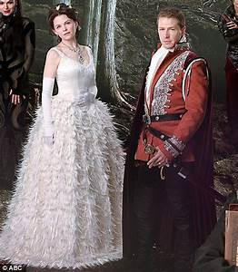 Once upon a time co stars ginnifer goodwin and josh dallas for Snow white wedding ring once upon a time