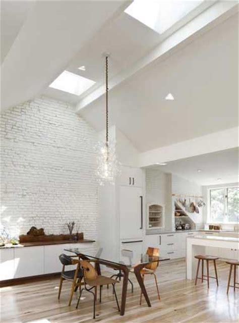 plafond de cuisine 8 idées déco pour égayer une cuisine blanche