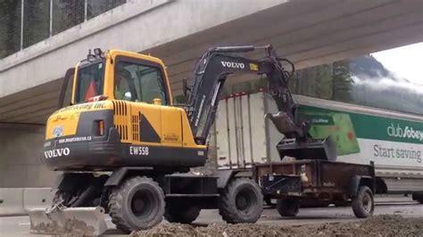 mini excavator unloading  dump trailer youtube