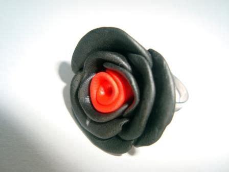 Anillo de arcilla polimérica con forma de rosa Anillo de