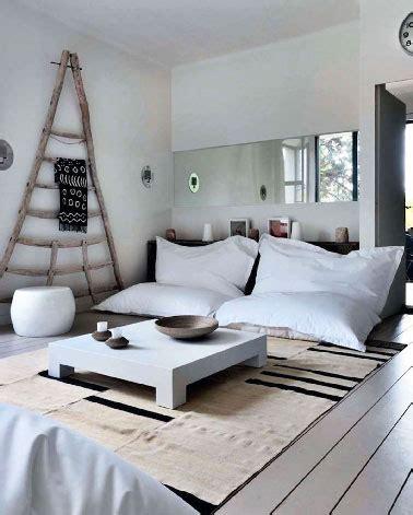 repeindre canapé déco d 39 un salon blanc avec gros poufs pour canapé