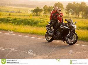 Moto Et Motard : homme et femme de motard s 39 asseyant sur une moto image stock image du voyage people 55841511 ~ Medecine-chirurgie-esthetiques.com Avis de Voitures