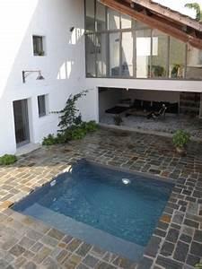 une mini piscine dans un petit espace exterieur maisonapart With piscine pour petit espace