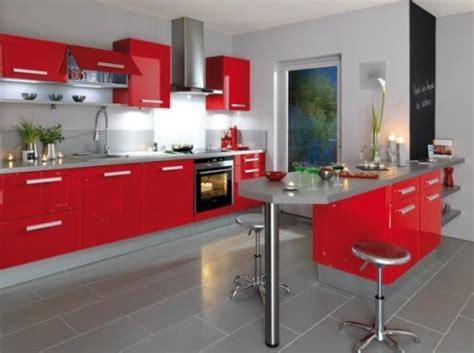 mobila de bucatarie rosu carmin si blat de lucru gri asortat cu pardoseala