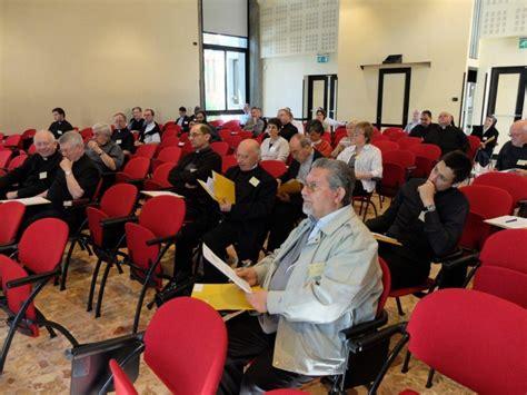 Poročilo z znanstvenega simpozija cerkvenih pravnikov v ...