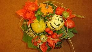 Herbstgestecke Selber Machen : herbstdeko basteln mit naturmaterialien blumenstrau mit zierk rbisse basteln youtube ~ Frokenaadalensverden.com Haus und Dekorationen