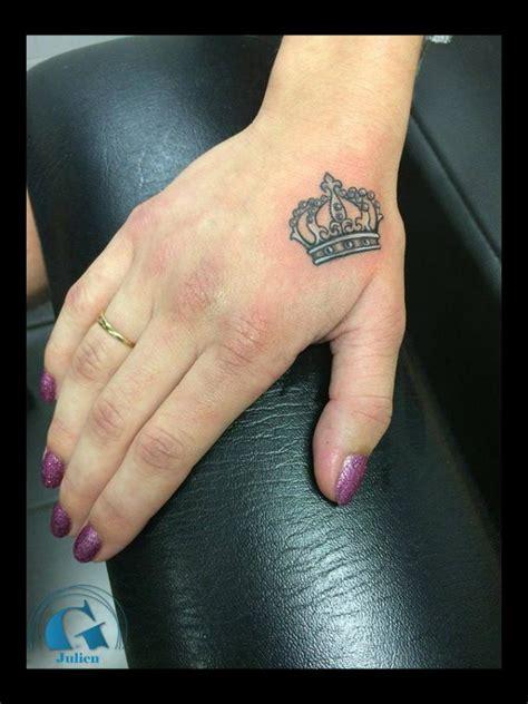 tatouage couronne homme tatouage doigts et mains graphicaderme
