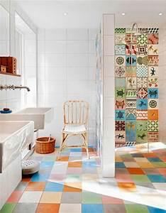 Bad Renovieren Fliesen überkleben : kleines badezimmer mit fliesenlack bunte farbt nungen in der duschkabine r ume ~ Sanjose-hotels-ca.com Haus und Dekorationen
