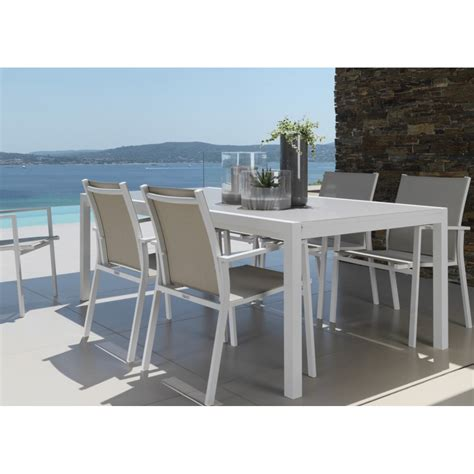 table a manger en verre trempe table de jardin en aluminium et verre maiorca sign 233 e talenti