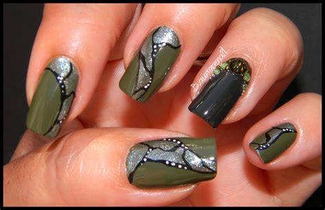 Depuis quand les femmes portent les ongles longs et vernis ?