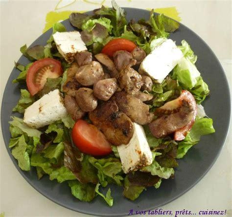cuisiner des foies de volaille salade verte aux foies de volaille et au fromage de chèvre frais aux épices a vos tabliers