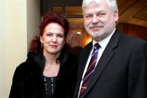Āboltiņas vīra uzņēmums uzvar iepirkumā komisijas īpašu ...