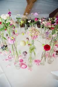 Tisch Deko Hochzeit : ein paar schlichte glasflaschen ein paar sommerblumen ~ A.2002-acura-tl-radio.info Haus und Dekorationen