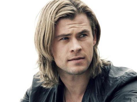 coupe de cheveux homme blond meche homme coupe de cheveux homme mi coiffures chris hemsworth overalls hair