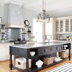 white kitchen with black island материали за изработване на кухни 1830