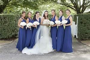 Robe Bleu Demoiselle D Honneur : robe bleu roi demoiselles d 39 honneur bouquet de fleurs mari e robe blanche voile ~ Dallasstarsshop.com Idées de Décoration