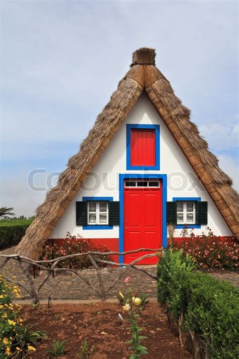 Die Rote Tür Und Kleine Fenster Mit Fensterläden