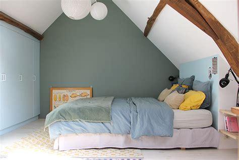 repeindre une chambre en 2 couleurs peindre un mur de couleur dans une chambre on decoration d