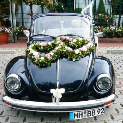 blumenschmuck hochzeit auto shaped wreath flowers wedding just married car in