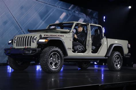 jeep   pickup truck    called gladiator chicago tribune