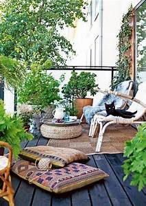 24 awesome spring balcony decor ideas digsdigs for Whirlpool garten mit rollrasen balkon katze