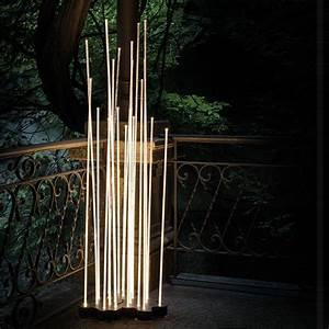 Lampadaire D Extérieur : reeds d 39 artemide est un lampadaire d 39 ext rieur lumi re ~ Edinachiropracticcenter.com Idées de Décoration