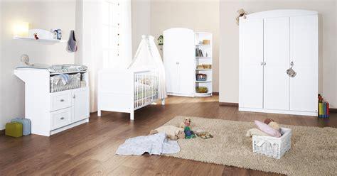 petits plats en chambre lit bébé évolutif et commode à langer blanc